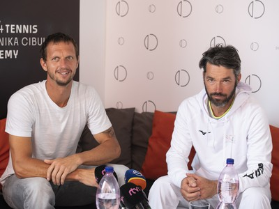 Wimbledonský tenisový semifinalista vo štvorhre Filip Polášek a jeho tréner Erik Csarnakovics