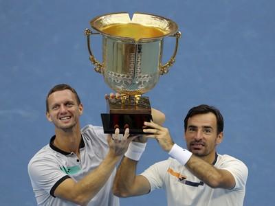 Slovensko-chorvátsky deblový pár Filip Polášek (vľavo) a Ivan Dodig pózujú s trofejou
