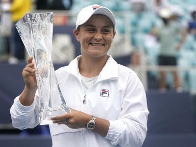 Ashleigh Bartyová s trofejou