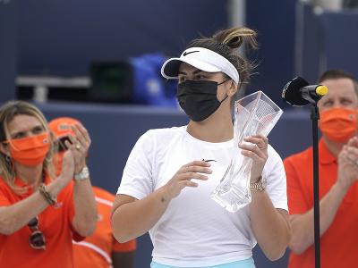 Bianca Andreescuová so svojou trofejou
