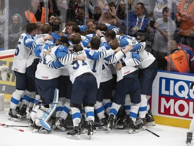 Na snímke radosť Fínov z víťazstva nad Kanadou