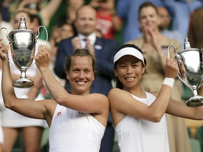 Barbora Strýcová a Chsieh Su-wej s víťaznými trofejami