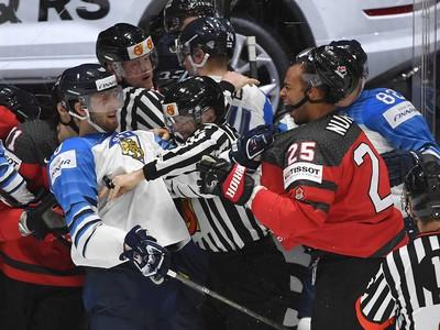 Na snímke roztržka vo finálovom zápase Kanada - Fínsko