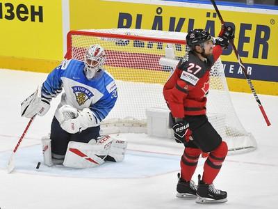 Na snímke Shea Theodore (Kanada) a brankár  Kevin Lankinen (Fínsko) vo finálovom zápase Kanada - Fínsko