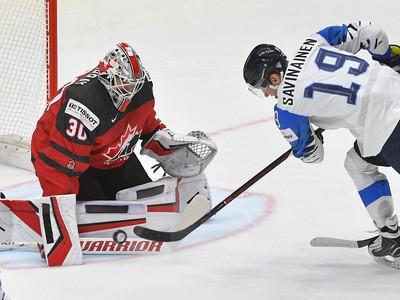Na snímke brankár Matt Murray (Kanada) a Veli-Matti Savinainen (Fínsko)