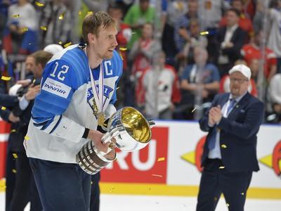 Na snímke Marko Anttila (Fínsko) s víťaznou trofejou po víťazstve nad Kanadou