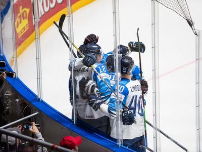 Radosť fínskych hráčov po strelenom góle počas semifinálového zápasu majstrovstiev sveta