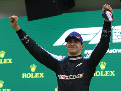 Francúzsky pretekár Esteban Ocon z tímu Alpine sa stal prekvapujúcim víťazom Veľkej ceny Maďarska