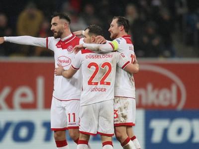 Hráči Düsseldorf sa radujú z gólu