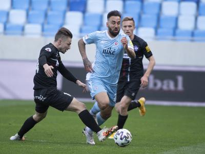 Villar Nono vedie loptu cez hráčov Zlatých Moraviec
