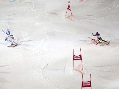 Nemecká lyžiarka Christina Geigerová (vľavo) a Švédka Frida Hansdotterová na trati v paralelnom slalome Svetového pohára