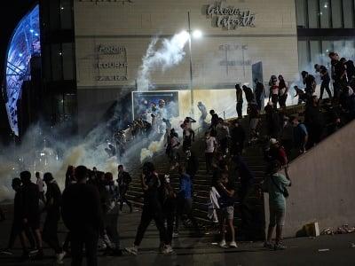 Na snímke slzotvorný plyn hádžu na fanúšikov Marseille po zápase E-skupiny 2. kola Európskej ligy Olympique Marseille - Galatasaray Istanbul