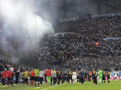 Na snímke fanúšikovia hádžu svetlicu počas zápasu E-skupiny 2. kola Európskej ligy Olympique Marseille - Galatasaray Istanbul