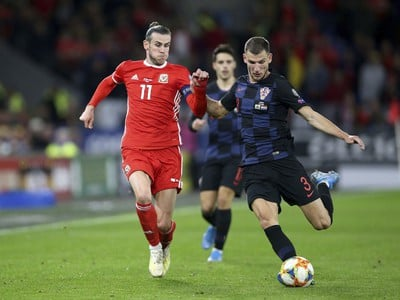 Gareth Bale (v červenom) v súboji