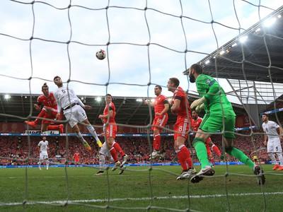 Gareth Bale strieľa vedúci gól Walesu