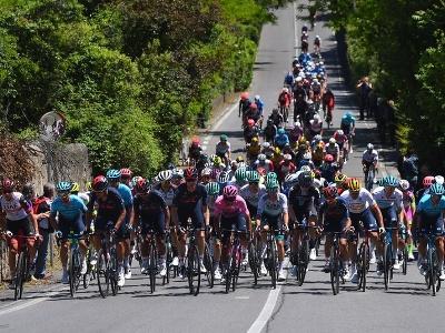 Cyklisti počas 12. etapy Giro d'Italia