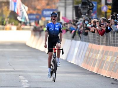 Ben O' Connor oslavuje víťazstvo na Giro d'Italia