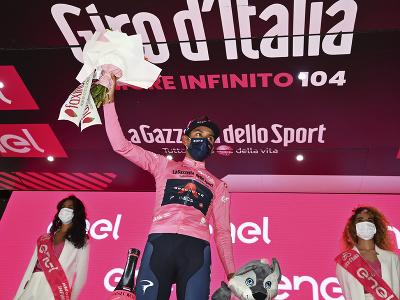 Egan Bernal v ružovom drese aj po 13. etape