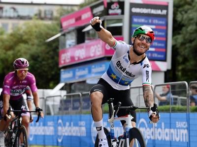 Giacomo Nizzolo oslavuje víťazstvo v 13. etape