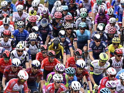 Cyklisti počas druhej etapy Giro d'Italia