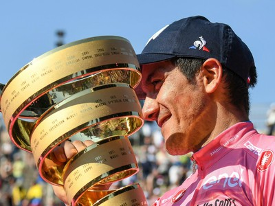 Ekvádorský cyklista Richard Carapaz pózuje s trofejou po víťazstve v pretekoch Giro d'Italia