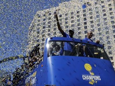 Basketbalisti Golden State oslavujú