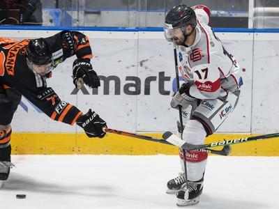 Na snímke zľava Mario Altmann (99ers) a David Buc (Capitals) počas 42. kola hokejovej IHL iClinic Bratislava Capitals - Graz 99ers