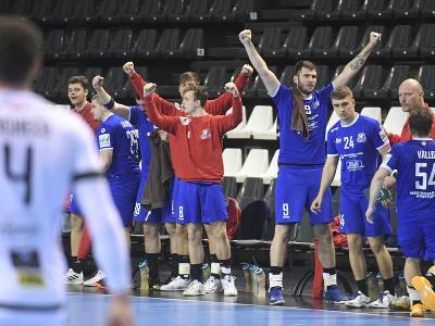 Lavička Považskej Bystrice počas prvého finálového zápasu play off Niké Handball extraligy mužov