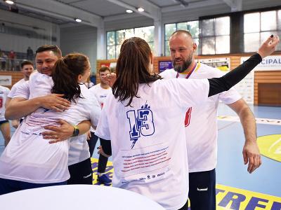 Hádzanárky Michaloviec a tréner Jan Beňadik (vpravo tvárou) sa tešia po zisku 13. titulu majsteriek Slovenska