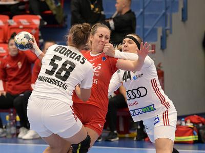 Zľava Réka Bordásová (Maďarsko), Boglárka Bíziková (Slovensko) a Gréta Kácsorová (Maďarsko) počas zápasu v 5. skupine druhej fázy kvalifikácie ME 2022 v hádzanej žien Slovensko - Maďarsko