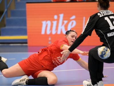 Zľava Nikoleta Trúnková (Slovensko) a Melinda Szikorová (Maďarsko) počas zápasu v 5. skupine druhej fázy kvalifikácie ME 2022 v hádzanej žien Slovensko - Maďarsko