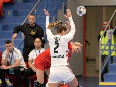 Vpredu Eszter Tóthová (Maďarsko) a Simona Szarková (Slovensko) počas zápasu v 5. skupine druhej fázy kvalifikácie ME 2022 Slovensko - Maďarsko