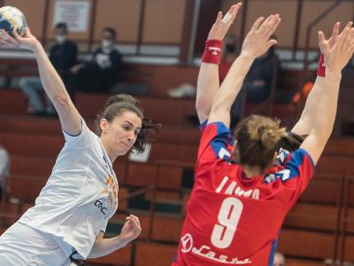 Vľavo Marianna Rebicová (Slovensko) a vpravo Jelena Lavková (Srbsko) v prvom zápase baráže o MS 2021 v Španielsku