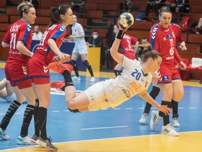 Uprostred dáva gól Barbora Königová (Slovensko), zľava Kristina Liscevičová, Diana Radojevičová a vpravo Dragana Cvijičová (Srbsko) v prvom zápase baráže o MS 2021 v Španielsku