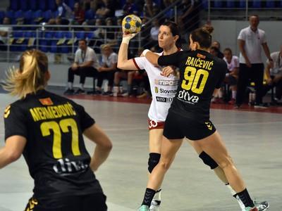 Na snímke vľavo hráčka Čiernej Hory Majda Mehmedovičová, vpravo jej spoluhráčka Milena Raičevičová a uprostred hráčka Slovenska Martina Školková