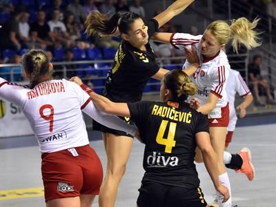 Na snímke vľavo hráčka Slovenska Kristína Pastorková, vpravo jej spoluhráčka Monika Rajnohová