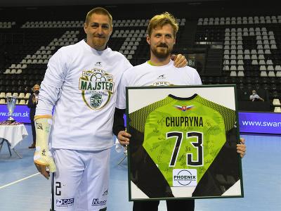 Na snímke kapitán hádzanárov Tatranu Prešov Oliver Rábek a vpravo Igor Čupryna sa lúči s Prešovom