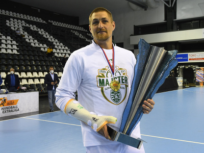 Na snímke s pohárom víťazov kapitán mužstva Tatranu Prešov Oliver Rábek