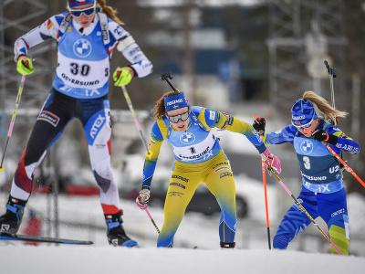 Na snímke zľava Češka Markéta Davidová, Švédka Hanna Öbergová a Bieloruska Dzinara Alimbekavová v šprinte žien na 7,5 km