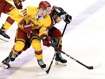 Marek Hecl (HK Dukla Trenčín) a Martin Faško-Rudáš (HC'05 Banská Bystrica) vo vzájomnom súboji