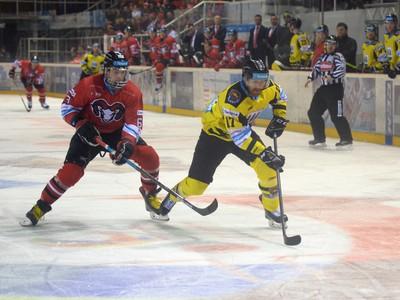 Zľava vpredu: Patrik Lamper z HC '05 iClinic Banská Bystrica a Kurtis Mclean z HC 07 Detva