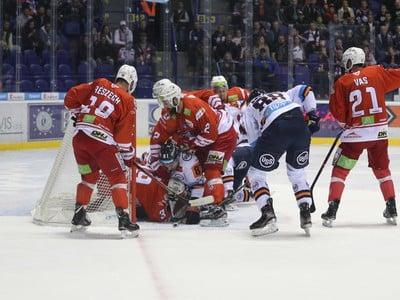 Brankár Miklós Rajna z DVTK Jegesmedvék Miškovec (vľavo) zasahuje pred hráčmi Košíc