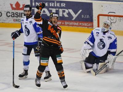 Na snímke druhý gól Košíc, vpravo prekonaný brankár Roman Rychlík (HK Poprad), uprostred Pavel Klhůfek (HC Košice) a vľavo Jurij Repe (HK Poprad)
