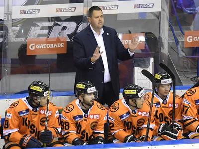 Na snímke lavička Košíc, v pozadí tréner Jan Šťastný