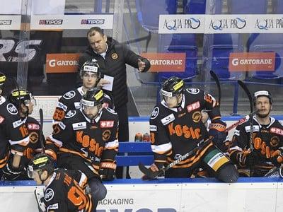 Na snímke lavička Košíc, uprostred v pozadí tréner HC Košice Marcel Šimurda