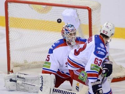 Na snímke v pozadí prekonaný brankár Petri Vehanen a v popredí jeho spoluhráč Ondřej Němec