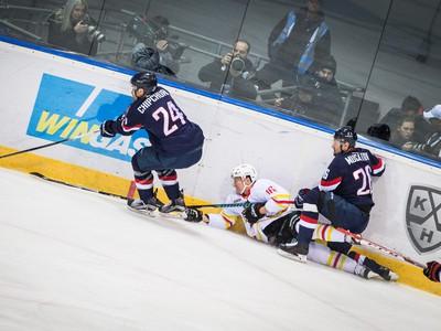 Zľava: Kyle Chipchura z HC Slovan Bratislava, Tobias Viklund z Červenej hviezdy Kchun-lun a Igor Musatov