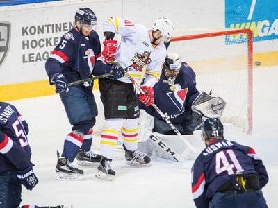 Závar pred bránou HC Slovan Bratislava