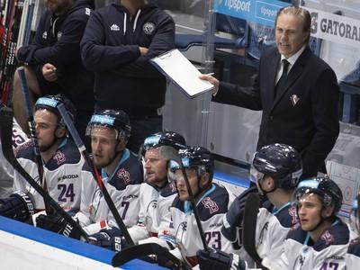 Na snímke vpravo v pozadí tréner Slovana Roman Stantien