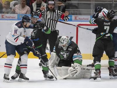 Na snímke zľava Milan Kytnár (Slovan), Eduar Šedivý, brankár Matej Kristín a Samuel Hain (všetci Nové Zámky)